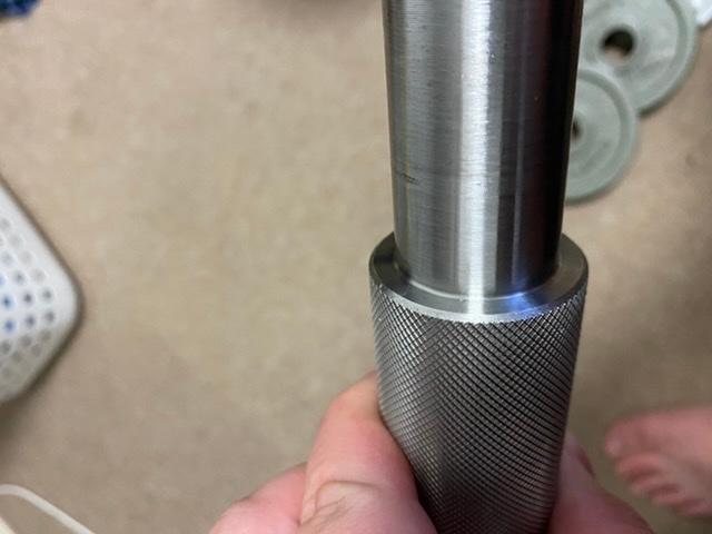 ダンベルシャフトをsus304ステンレスで作成しました。一体型の削り出しなのですが、耐荷重は何キロまで大丈夫でしょうか。 添付写真の境目部に応力が集中すると思いますが、曲がったり亀裂生じたりしないでしょうか?長さ600mmでハンドル径38mm、スリーブ径は28mmです。鋼材の強度に詳しい方ございましたら御願い致します。