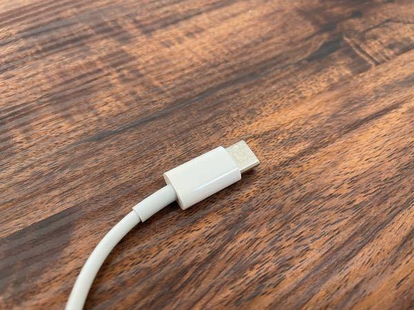 iPhoneの充電器についてです。 充電のコードをアダプターから外したら、何かが溶けていたようで粘っとしたものが少し伸びました。 写真では伝わりにくいですが、銀色の部分に少しねばねばしたものがついています。 このまま使って大丈夫ですか? アダプターはELECOMの急速充電のもので、購入してから2ヶ月程です。