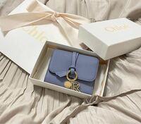 20歳の彼女誕生日プレゼントにchloeの財布をプレゼントしようと考えておりますがどうでしょうか?? おすすめの財布ありましたら教えて欲しいです!