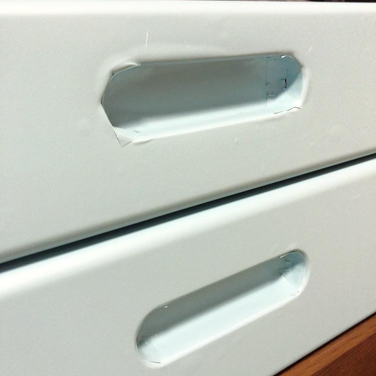 リメイクシートを昔使っていた勉強机に貼ってみたのですが、引き出しの取っ手部分?を綺麗に貼る方法が分かりません。 100均のシートをとりあえず貼ってみましたが写真の通りボロボロです。 貼り方はま...