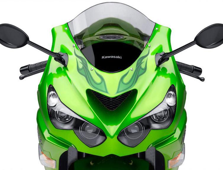 なぜバイクて虫の死骸だらけになるのですか。 ・・・・・・・・・・・・・・・・・・・・ バイクで夜の山道を走るとヘッドライトとかスクリーンとかヘルメットが虫の死骸だらけになりますが。 よく分からないのですが。 なぜクルマて夜の山道を走っても虫の死骸だらけにならないのですか。 と質問したら。 クルマも死骸が付く。 という回答がありそうですが。 ですがバイクの正面の面積とクルマの正面の面積を1平方メートルで考えたらバイクのほうが圧倒的に虫の死骸が多いと思いますが。 それはそれとして。 なぜバイクて虫の死骸が付きやすいのですか。 面積当たりで考えたらバイクてクルマの10倍は虫の死骸が多いのでは。