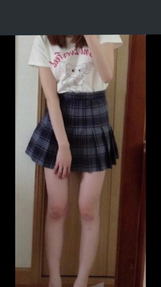 男友達の家に遊びに行くのにこの服装で行こうとしたところ、母に「スカートが短すぎる!」と言われました。 普段制服でこれくらいのスカート履いてるしそんな気にする必要ある?と思うのですがどう思いますか?