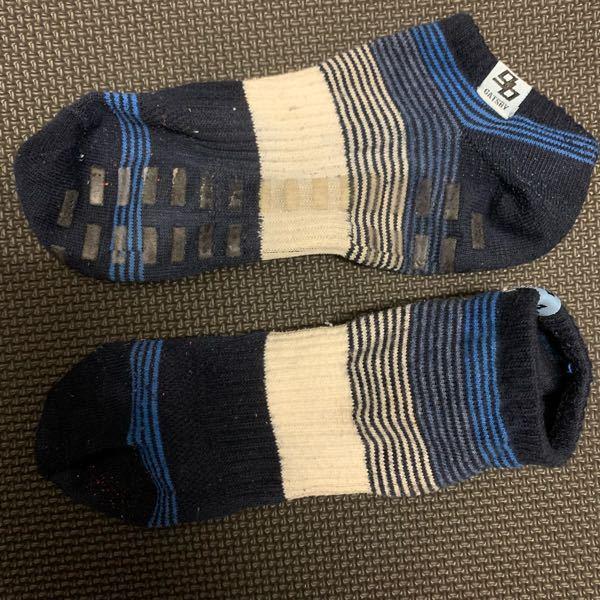 訳あって今年の2月にサンドラッグというドラッグストアで購入した靴下のメーカーを探しています。 添付した写真の靴下です。 メンズ用で短めで滑り止めがついており二足セットで3〜400円くらいに安かったのを覚えています。 靴下のタグにGATSBYと書かれているので男性洗顔のGATSBYと思い発売元のマンダム(株)に問い合わせたところ衣類においては商標登録をしていないので他社メーカーによるものと考えられる。との回答でした。 どなたかGATSBYと書かれたこのソックスの販売元、もしくは今売っている店舗をご存知の方がいらっしゃいましたら教えていただきたいです。 宜しくお願いします。