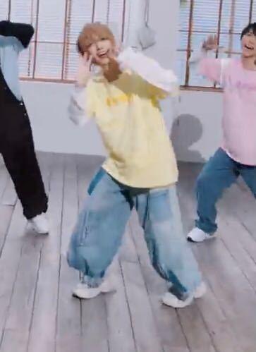 すとぷりのStreamerの踊ってみたで黄色い服を着ている人のパンツのブランド、どこで売っているかを知りたいです! この動画です! https://youtu.be/K2HERlACUz0