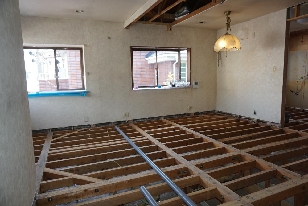 築30年木造在来工法の2階床の不陸修正と、下階への足音対策のため、リフォームしました。施工前は梁兼根太の上に合板9.5mm+遮音マット9.5m+床板12mmの構造で、一応足音対策はしてありました。 床板を剥がすと写真のような構造でした。不陸の修正施工にあたり、従来の根太の横に、新たに細い根太を接着+ビス留めし、その上に従来以上の防音対策として構造合板12mm+遮音マット9.5mm+ハード石膏ボード12mm+床板12mm順で施工しました。しかし、完成後歩行すると、床が振動し食器棚の食器がカチャカチャと音が鳴る程です。足音も以前より鳴っている印象です。この施工方法は正しいのでしょうか?また、問題があるとしたら、どの部分でしょうか?リフォーム経験豊かな方のご見解を宜しくお願い致します。