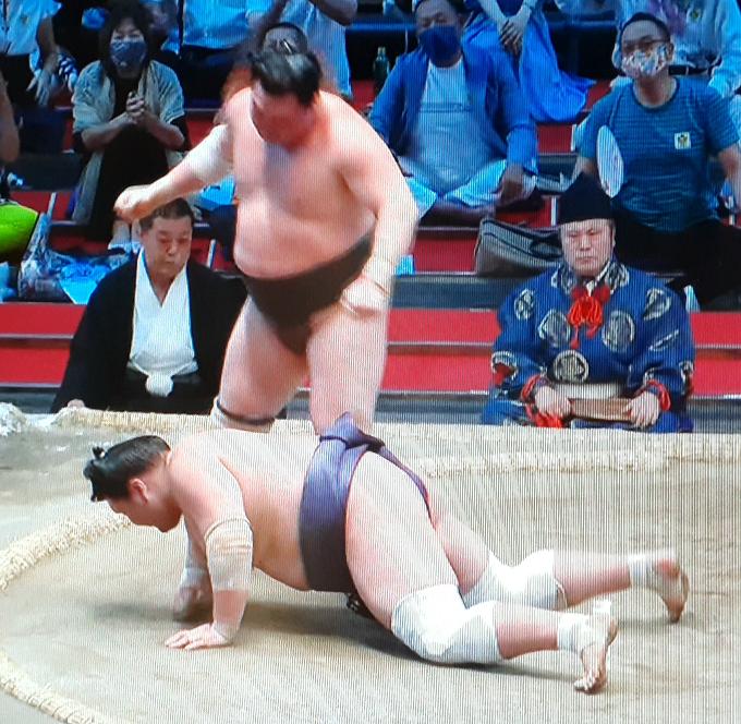 これで、照ノ富士は横綱昇進は、見送るべきではないでしょうか。優勝していても先場所も白鵬(鶴竜は引退で対戦なし)は休場のため対戦しておりません。 横綱に勝たずに昇進は難しくないでしょうか。