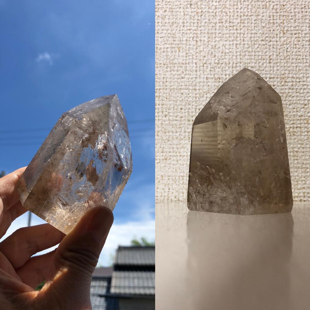 パワーストーン、水晶に詳しい方ご質問です。 母からポイント水晶をもらったのですが、これはスモーキークォーツでしょうか? ネットで天然シトリンを見つけたところ、似たような色だったどっちかな??と思いご質問しました! また、オススメの置き場所、使用方法等もご存知でしたら教えてください!