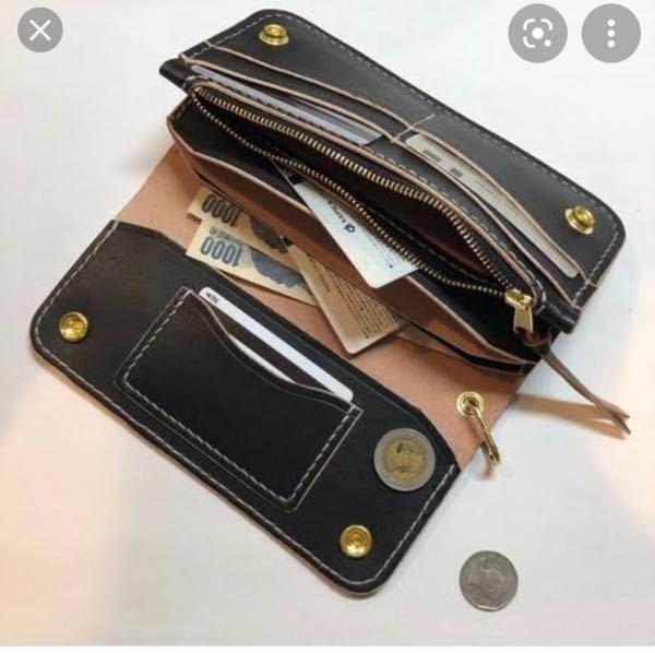 今日バイト先のレジで見かけた財布を探しています。 画像のように蓋の裏にカード入れが1箇所あり、薄いブラウンの革の財布でした。 30代くらいのお子さんがいる女性が使っていたのですが、とても可愛くてお洒落な財布だったので気になってます。 お会計の時に見ただけなので情報が少なく、ロゴも見えなかったので特定できなくて困っています。 知っている方いましたらご回答よろしくお願いします。