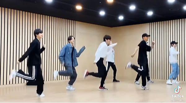 ダンスの動作についてなのですが,この画像の動きがある動作?の名前が分かる方いらっしゃいますか!? 画像の次の動きは両足で着地して逆足で同じ動きをします。分かる方教えて頂きたいです。宜しくお願い致します。