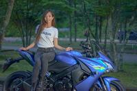 なぜバイク女子てスキニージーンズでバイクに乗るのですか。 ・・・・・・・・・・・・・・・・・ 僕のリサーチではバイク女子は99%スキニージーンズにブーツインですが。 よく分からないのですが。 いわゆるひとつのストレートジーンズとかブーツカットでバイクに乗るバイク女子てなぜいないのですか。  と質問したら。 スキニージーンズだと風圧でバタつかないから。 という回答がありそうですが。  ですが男...