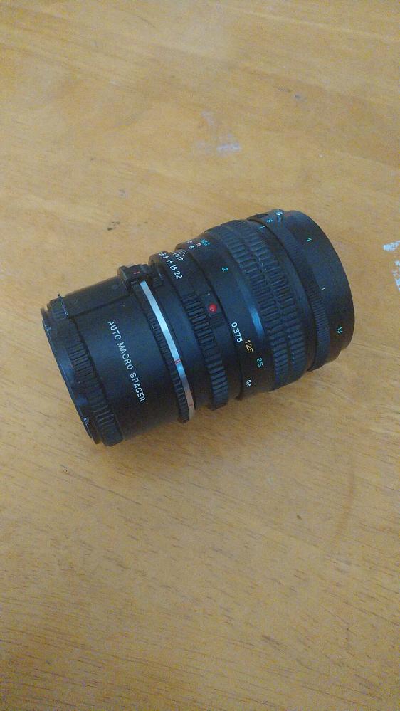 Mamiyaのレンズで質問があります。 Mamiya sekor c macro 80mm f4 n を購入したのですが、 レンズの後ろに auto macro spacer が付属で付いていました。 こちらを外して使用したいのですが、 外し方が分かりません。 分かる方教えて欲しいです。 画像を添付致します。