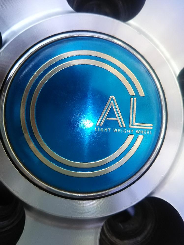 自動車のホイールメーカーに詳しい方 こちらのホイールは何というメーカーでしょうか? (センターキャップの文字が『AL LIGHT WEIGHT WHEEL』 もしくは 『 CAL LIGHT WEIGHT WHEEL』と読めますがどちらもメーカー名ではなさそうです。)