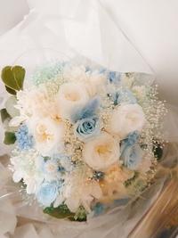 先日結婚式をしたのですが、その際に使用したプリザーブドフラワーのブーケを何かしら加工して保存したいと思っています。 ネットで調べましたけどあまりピンとくるものがなくて困っています。 過去にプリザーブドフラワーのブーケで挙式された先輩花嫁の方で、オススメの加工はありますか? ちなみに花はバラ、アジサイ、ユーカリ、かすみ草がメインで使用してます。 大きさは直径20cmくらいです。  よろしくお願...
