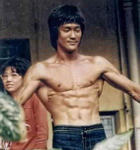 ブルース・リーの筋肉は素晴らしいですね、必要のない筋肉は意識的に減らしていたとは有名ですが、彼は懸垂等をどのくらい行っていましたか?