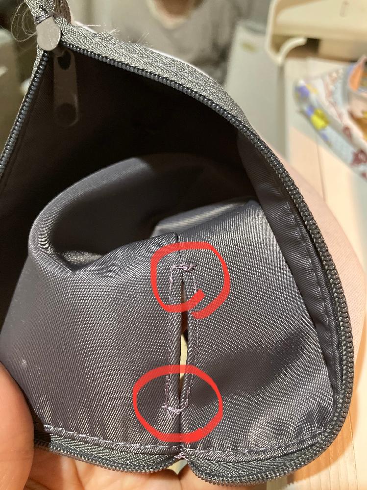 ミシンの縫い目について。 山崎範夫のミシンを使用しております。 いつも、角を縫うとこのように糸が飛ぶというか、きれいに縫えません。自分の技術の問題だと思っていたのですが、別のミシンを使ったところ...