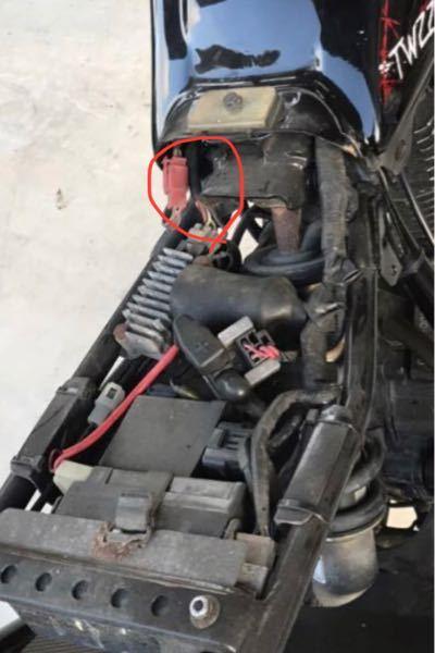 ヤマハtw225で写真の赤丸の場所は何ですか?素人なのでお願いします。 ❶前日キーをオンにしても電源が入らなかった為この場所を指で触ったらカチッと言って電源が入りした。 電源が付いたらエンジンはかかり普通に乗れした。 ❷次の日に走行中3回エンジン停止。1回目〜2回目は停止した後はキーはオンなので電源は付いてまして、すぐにセルでエンジンはかかりましたが 3回目の停止は、電源は付いてましたが、セルでも、キックでもエンジンがかからなかった為、赤いカプラーを触ったらカチッと言ったのでセルで回したらエンジンは起動しました。 これは一体何が原因だと思われますか?? バッテリーは新品です。
