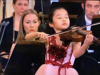 ズーカーマンという輩の、アジア人への差別発言が問題になっていますが、 これをどう捉えますか。 そもそもこの男は、パールマンほどの名演奏家なのでしょうか。 . . . >2021年、ジュリアード音楽院主催のオンラインクラスにて、混血の日本人姉妹2人に対し人種差別的な発言をしたことで非難を浴びた。概要は次のとおりである。[2] ・姉妹の演奏に対するコメントで「二人で完璧に演奏することを考えるのは控えて、もっとフレーズのことを考えるべき。少しビネガーを足して…いや醤油か!」と笑いながら発言した。 ・歌うように演奏するようアドバイスに加え、「韓国では歌を歌わない」と発言。 ・姉妹の一人が韓国人ではないことを伝えると、「日本でも歌は歌わない」と発言。 ・アジア人の訛を真似ながら韓国人が歌を歌えない旨の発言をし、その理由として「彼らの遺伝子に備わっていないから」と説明。 この事実が明らかになりニューヨーク・タイムズだけでなく、バイオリニスト・ドットコムなど音楽専門紙も批判記事を掲載した。ジュリアード音楽院は動画から問題になった部分の発言を削除した。ズーカーマン教授は「私が使った単語は文化的に鈍感なものだった。学生たちに個人的に謝罪の手紙を書き、不快な気持ちになった人々には遺憾に思う」という立場を明らかにした。 一方、ソーシャルメディアで拡散中の映像でズーカーマン教授は「中国人のみなさんは決してメトロノームを使わない。ただ速くうるさく(演奏)するだけ。みなさんは速くうるさければ最高だと思う。そのように考えるな」と話した