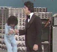 【昭和の時代】ある歌謡番組から この画像の、 2人の歌手の名前を、お答えください。   最初に正解した方を必ず後日BAにいたしますどすます。   チップ250枚 画像が悪くて御免なさい。