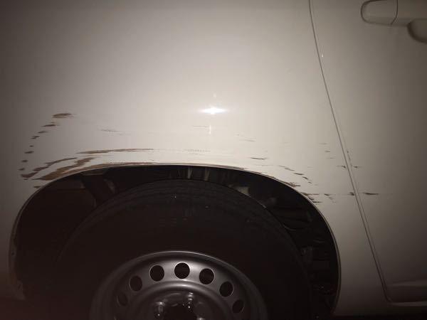 車のこのような擦り傷を修理するのにかかる費用の相場はどれくらいですか?車体後部のドアの後方〜フェンダーのあたりです。 見たところ、凹みなどは無く、1m弱程にわたって擦った跡が付いているようです。 修理業者の方、自分の車を修理に出したことのある方の意見をお聞きしたいです。 また、ドアだけ、フェンダーだけで価格も大きく変わるのでしょうか。