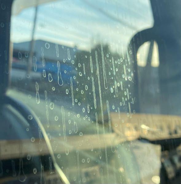会社の洗車場でいつもトラックを洗車してます。そこに何時もある洗剤で窓、を洗ってましたが、何時もと違うアルカリ性洗剤に知らぬ間に変わっていて、アルカリ性の洗剤で窓ん洗ってしまい、窓ガラスにシミのような物 が付着して、色々試したが取れません。 【熱湯、油汚れ用マジックリン、アルコール、水圧】 この付着したシミをどの様に取れば良いか、良い知恵をお持ちの方いませんか?