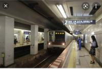 この画像の女性の向こうに見える白いものは路線図ですか? 広尾駅です。
