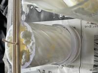 初心者でソイキャンドルを制作してるのですが、写真のようにボコボコになってしまいました。 ソイワックスハード4に対し蜜蝋1のブレンドで、ホーロー鍋で溶かし85度くらいまで上がって止めて60度まで冷まして注ろうしました。 注ろうして少ししたらすぐボコボコし始めました(ToT) 部屋の温度は25度でモールドは特に温めてはいません。  何が原因かわかりますか??