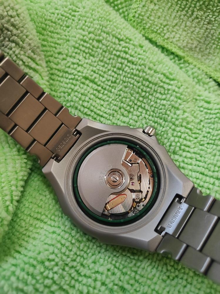 時計の5J22のキネティックの電池交換しようと思ったのですが、真ん中の振り子がカチカチでマイナスのネジが回りません。 研いだりドライバー変えたのですけど滑ってしまいます。 どうやってやってますか?