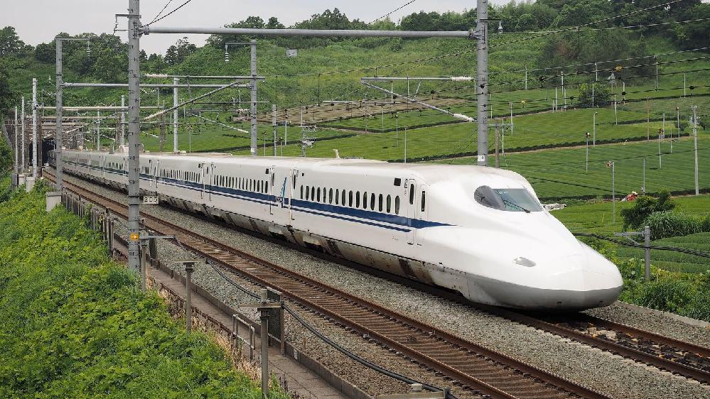 NHK「おかあさんといっしょ」で放送された、 「新幹線でゴー!ゴ・ゴー!」について。 初回は、2011年(平成23年)6月の「今月の歌」として、 1ヶ月間放送されました。 当時の出演者は、 横山だいすけ、三谷たくみ、小林よしひさ、いとうまゆ この4人でした。 たくみお姉さんの車内販売のシーンでは、 「すりかえかめん」も登場する超レアな映像でした。 いとうまゆが卒業して、上原りさが登場してからは、 長期間で2番の撮り直しが行われませんでした。 花田ゆういちろう、小野あつこ、小林よしひさ、上原りさ この4人になってからは、 あつこお姉さんの車内販売のシーンに、ナーニくんが登場。 4人が踊るダンスシーンは、この時代までで、 現在の体制(2019年4月以降)になってからは、 歌のお兄さん・お姉さんの2人だけの出演となり、 ダンスシーンに、福尾誠、秋元杏月は出演しませんでした。 なぜですか? 分かる方は、お願いします。