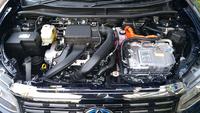 画像は、ジャパンタクシーのエンジンルームでございます。 ・ 運転席のメーターパネルに外気温(OUT SIDE TEMP)があります。 この温度計はエンジンルームの中にあると思うのですが、どこにあるのでしょうか。 ・ 画像に赤い丸を囲んで温度計のある場所を教えていただければと思います。