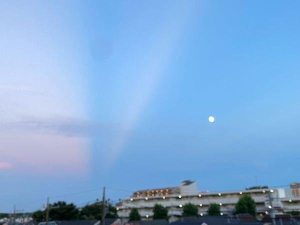 最近、夕方の東の空に薄明光線のようなものが見えることがあるのですが、これは何で、どのような仕組みなのでしょうか。