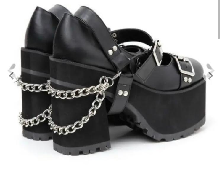靴に付ける飾りのチェーン、どこで買えるでしょうか? 画像のようなチェーンの付いた靴はよく見るのですが、このようなチェーンだけが欲しいのです。 ネットで検索しようとしても適切な検索ワードがわからず、違うものばかり出てきます。どういうお店なら売っているでしょうか?