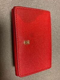 財布の汚れについて。 財布にボールペンのような汚れがあったため、クレンジングオイルや、除光液等を使って落とした後このような汚れが出てきました。 どうしたらいいのでしょうか、、、、 頂き物の大切な財布のためなんとかしたいです。。 宜しくお願い致します