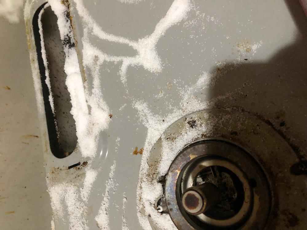 至急回答頂けたら幸いです。 台所を掃除していたところ、砂糖と塩を入れている入れ物をガスコンロの上に落としてしまいぶちまけてしまいました。 これはどう掃除したらいいですか?泣 また掃除できたら火をつけても問題ないですか? ガスコンロを使う予定だったので困っています。