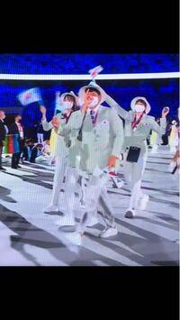 東京オリンピックの開会式を見てて思ったんですけど、大韓民国の出番の時に、韓国人が親指と人差し指と中指を折り曲げて輪っかを作って、薬指と小指だけ立てて鼻に当てる仕草をしてたんですけど、どう言う意味かわか りますか?