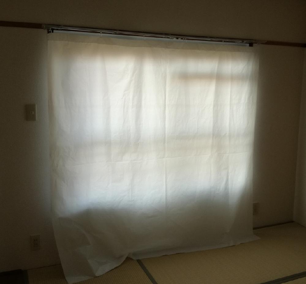 写真のようなカーテンを探しています。 写真のような、賃貸物件を借りた時についている白濁のビニールカーテンを探しています。 このようなカーテンを売っているお店やネットショップはありますか? 100円ショップなどで代用可能でしたらそちらも教えていただけますと幸いです。