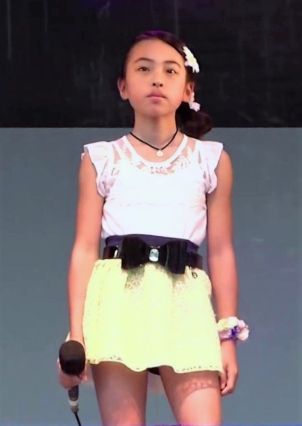 このアイドル小学生ですが、大人っぽいですよね? 将来、ビックな歌い手になるかもね!?