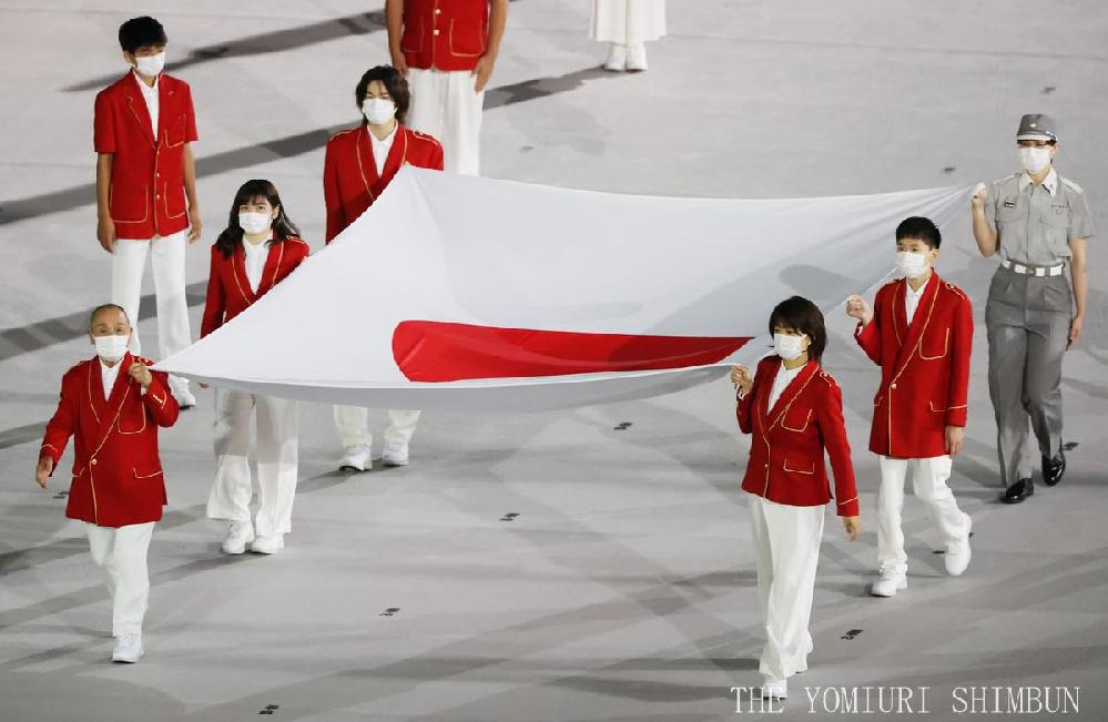 開会式での日本国旗を持っての入場で一人だけ消防庁の方でしたかね?制服でした。 意味合いは理解できるのですが、どのみち6名の顔をの認知度はそれほど明確ではないので、全員の服装を揃える方向が良かったのでは?最初、私はてっきり裏方の警備員が何らかの勘違いで混じってしまったのか?と思いました。
