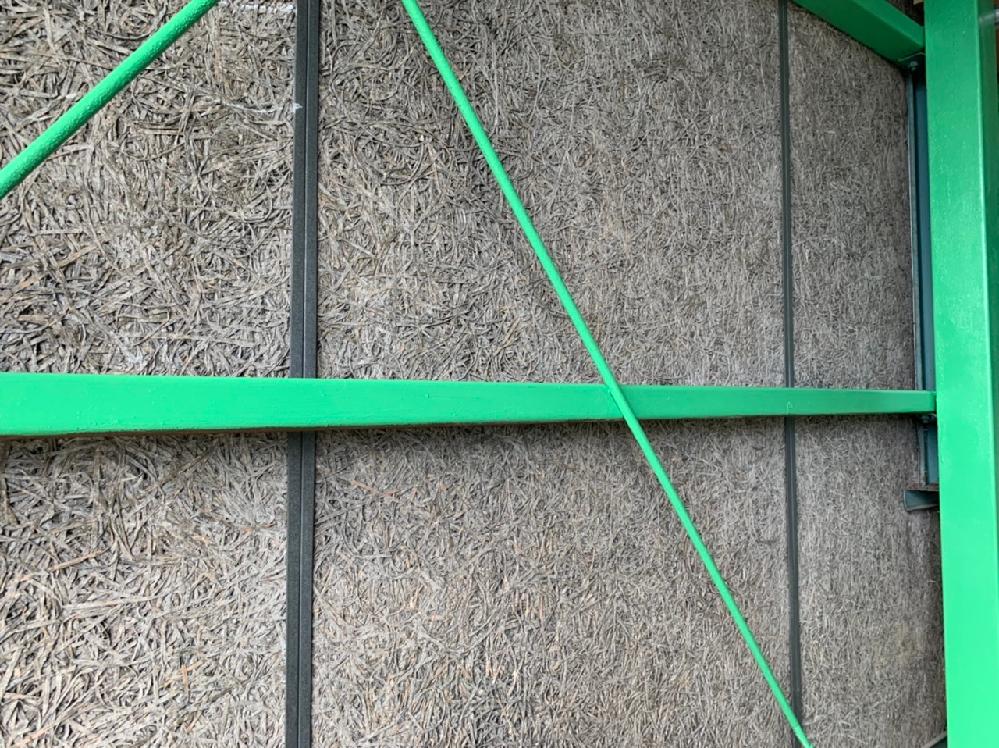 【壁の材質】 古い倉庫にてDIYでリフォーム中なんですが、内壁の材質が分からず困っています。 繊維っぽい感じがするのですが、、 分かる方教えてください。 ※ちなみに外壁はトタンっぽい波板で、叩くと響くので中にコンクリ等は入っておらずペラペラな感じがします。