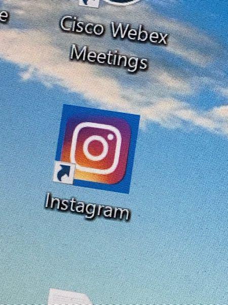 PCにinstagramをダウンロードしたのですが、写真のように青くマーカーが引かれたようになっています。これが普通ですか?