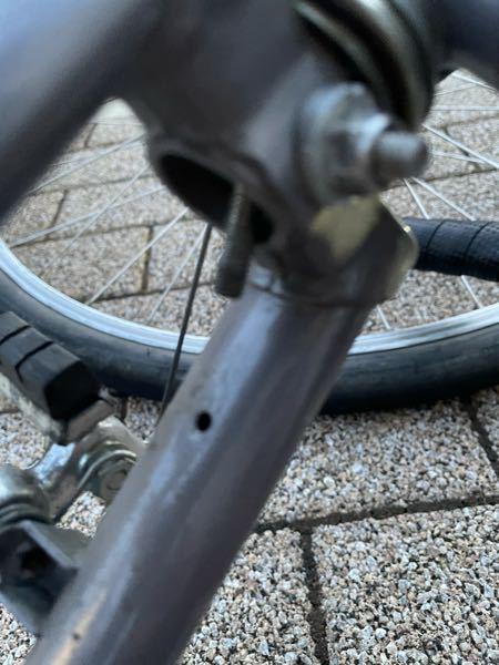 ブリヂストンのユーラシアについて質問です。 前輪の泥除けを固定しているネジがタイヤに擦れて困っています。対処法を教えて下さい。 おそらくユーラシアグラン ディアゴナールなので700×28cを付けています。 擦れているネジはこれです↓