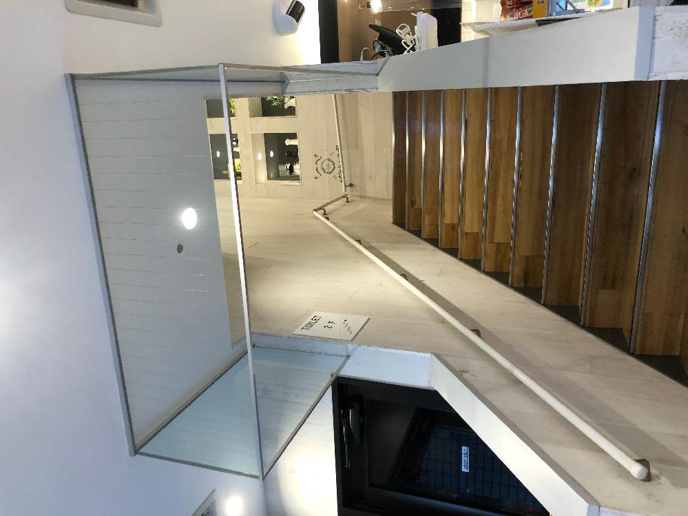 階段の上にあるこのガラス。これってなんのためにあるんですか?