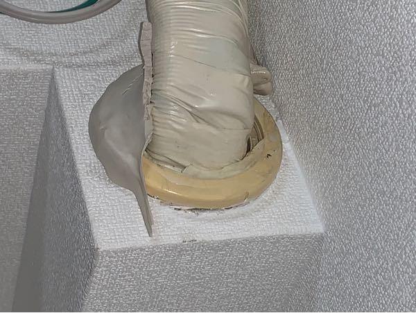 エアコンのパイプと壁の隙間を埋めていた粘土が剥がれ落ちていました。 エアコンは1ヶ月前に新品に交換したばかりでした。 気になったのは剥がれ落ちた粘土の裏側のパイプの跡に液体がついていた点ですが、これは粘土の油分でしょうか?それともガスか何かが漏れて、その油か液体のせいで粘土が剥がれたか滑り落ちた可能性はありますか? ちなみに現在もエアコンからは冷たい風が出ていて、パイプ部分からの水漏れもありません。