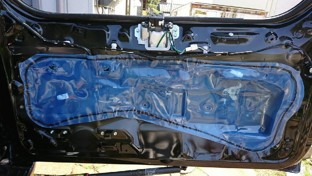 車 ドア 青いビニール カスタムの為、車のドアの内張りを外してみると、画像のような青いビニールが貼られていました。これは何ですか?どのような役割があるのでしょうか。 ちなみに、外して捨ててしまいました。