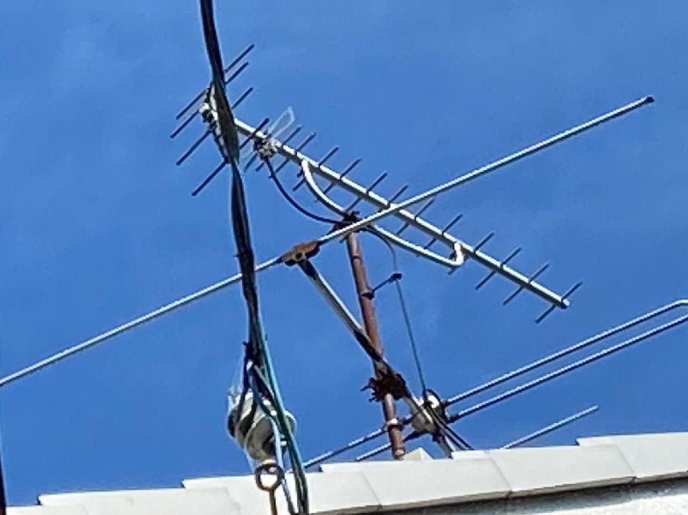 テレビアンテナに詳しい方に質問です このuhfアンテナで地デジを視聴しているのですが、uhfアンテナから出ている線は同軸ケーブルですか?それともフィーダー線ですか? またuhfアンテナの形からも何年前か分かるのでしょうか??