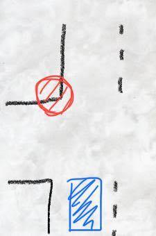 大通りの信号のある交差点で赤丸の辺りで車が一台縁石に乗り上げて事故があったようで警察の人も丁度この赤丸の角の辺りに立っていましたが、コーンなども立てずただ立っているだけでした。私は青いマークの場所で既 に信号待ちで停車していた為車線変更するにも出来ない、大通りなので隣にも車が信号待ちで停まってる走っている状態です。警察と事故車はギリギリ白線に収まってる状態だったので避けるように速度を落としてそのまま左車線を走ったのですが、信号が青になり困って徐行している際に青信号に変わって車が来る事に気付いた警察官が持っていた赤灯を手元に縦にして持ってこちらを見ていました。頭上で縦にして振っていれば止まれという事なんでしょうが…手元で縦に赤灯を持ってるだけだとどういう意味でしょうか?また私は後日、違反切符を切られてしまうんでしょうか?詳しい方居たら教えて下さい。