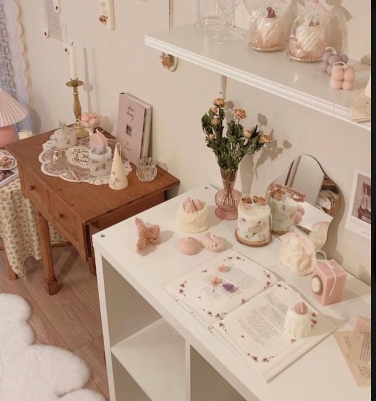 なんて調べたらいいのかわかりません…!! 下の画像のような可愛らしくて上品な雑貨(写真で言うテーブルクロス、花瓶、置物など)が欲しいのですが、こういうグッズを何と呼ぶのかがわかりません。呼び方さ...
