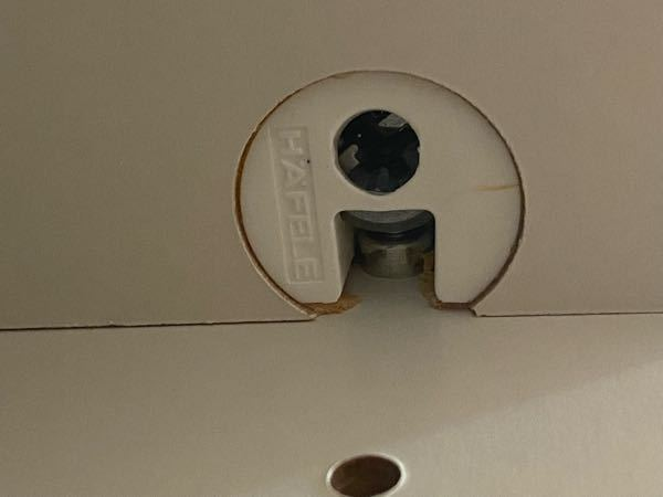 クローゼットの横の板を外したいんですが、固定されていて、これってどうやって外せますか?