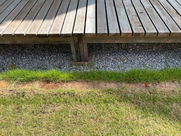 芝生について質問です。写真のようにレンガで仕切りをしてあるんですが、砂利の方まで芝生が生えてしまっています。この場合、砂利上の芝生だけ撤去したいのですが効果的な方法はありませんか??回答よろしくお願い します。