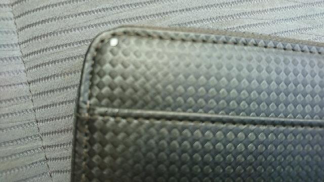 ドンキホーテで長財布を買ったのですが後々気づいたのですが、外観の皮が剥がれてましたタグとかレシートは捨ててしまいました交換は無理として 気になりませんか?
