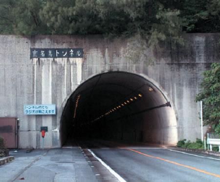 スモークシールドの人てトンネルを走るときどうしているのですか。 ・・・・・・・・・・・・・・・・ ・・・・・・・・・・・・・・・・ ・・・・・・・・・・・・・・・・ ・・・・・・・・・・・・・・・・ と質問したら。 シールドを開けて走る。 という回答がありそうですが。 目がは大丈夫なのですか。 それはそれとして。 スモークシールドの人て聞いた話ではツーリングで夜になったら透明シールドに交換して帰って来るそうですが。 よくそんな邪魔くさいことしているなと思いますが。 ていうかどこに透明シールドを準備しているのかよく分からないのですが。 それはそれもなのですが。 スモークシールドの人てトンネルを走るときどうしているのですか。